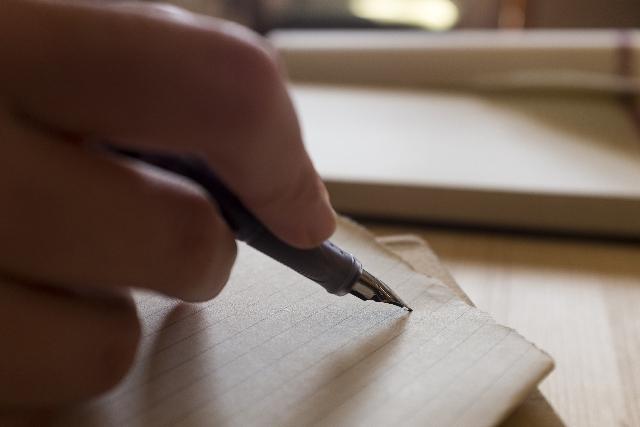 万年筆を持った手の写真
