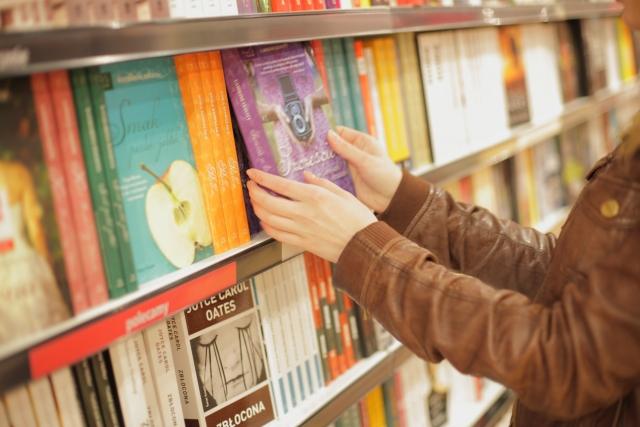 本を選んでいる女性の写真