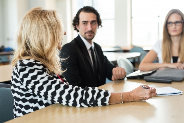 会議中のビジネスマンの写真