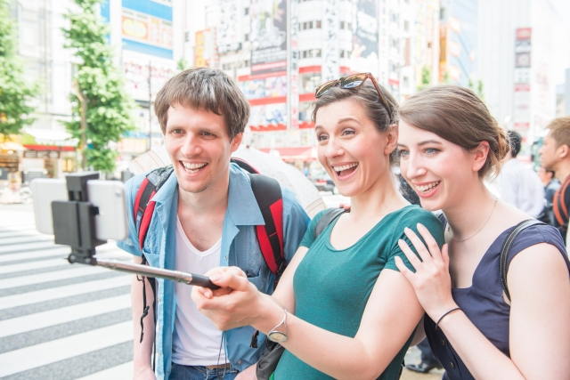 自分たちで写真を撮っている外国人グループの写真