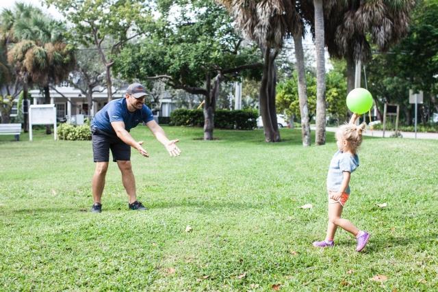 ボールで遊ぶ親子の写真