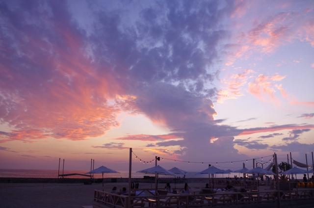 ビーチから見える夕焼けの写真