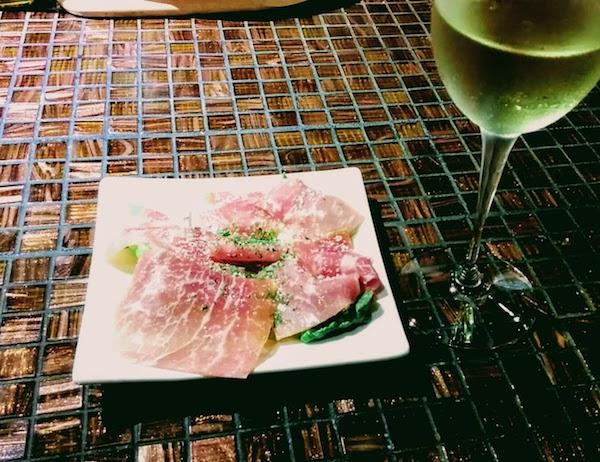 生ハムと白ワインの写真