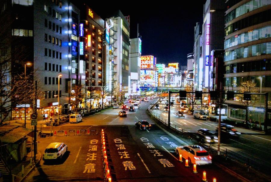新宿の大通りの写真