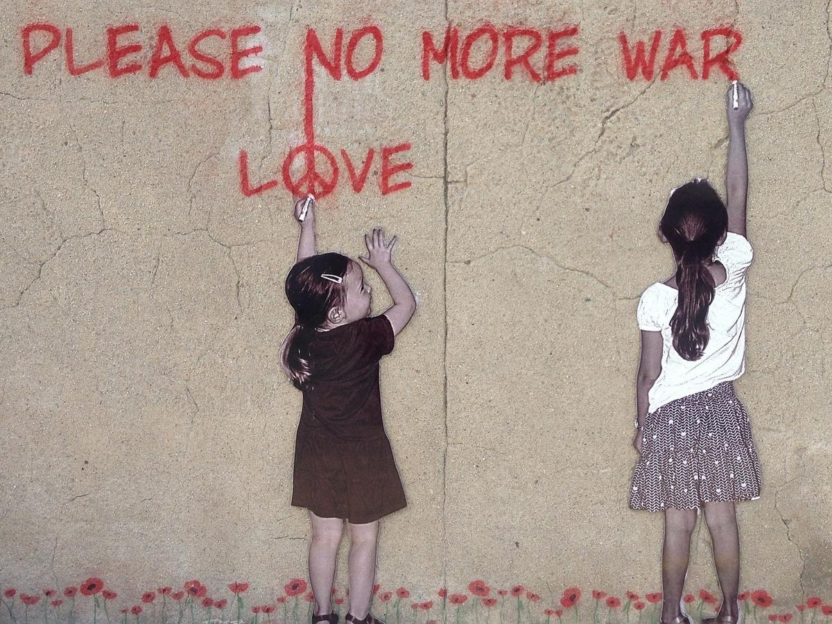 壁に落書きをしている姉妹の写真