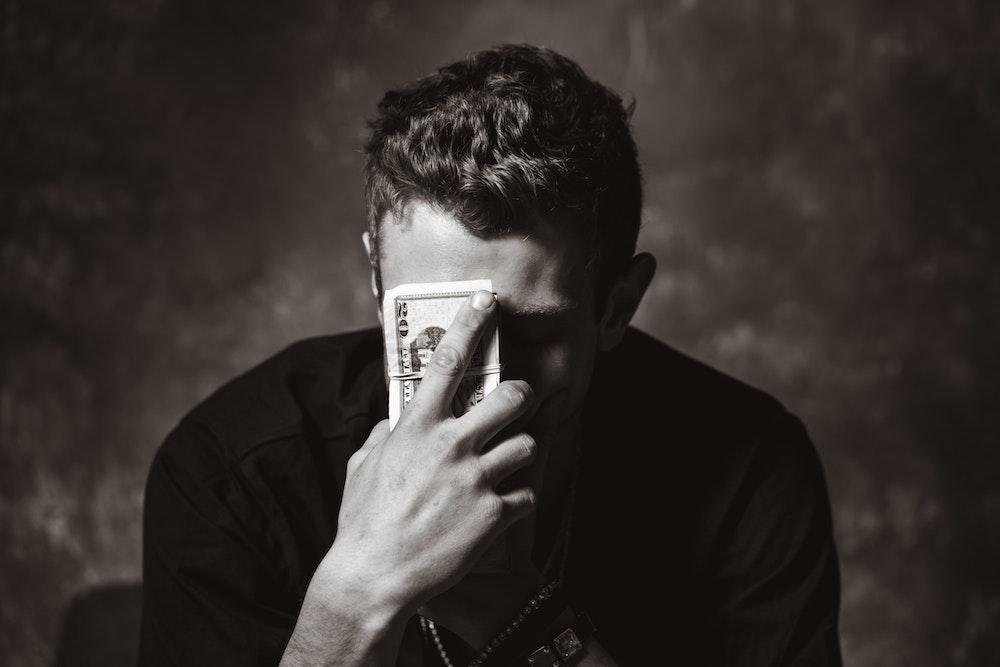 お金を握っている男性の画像