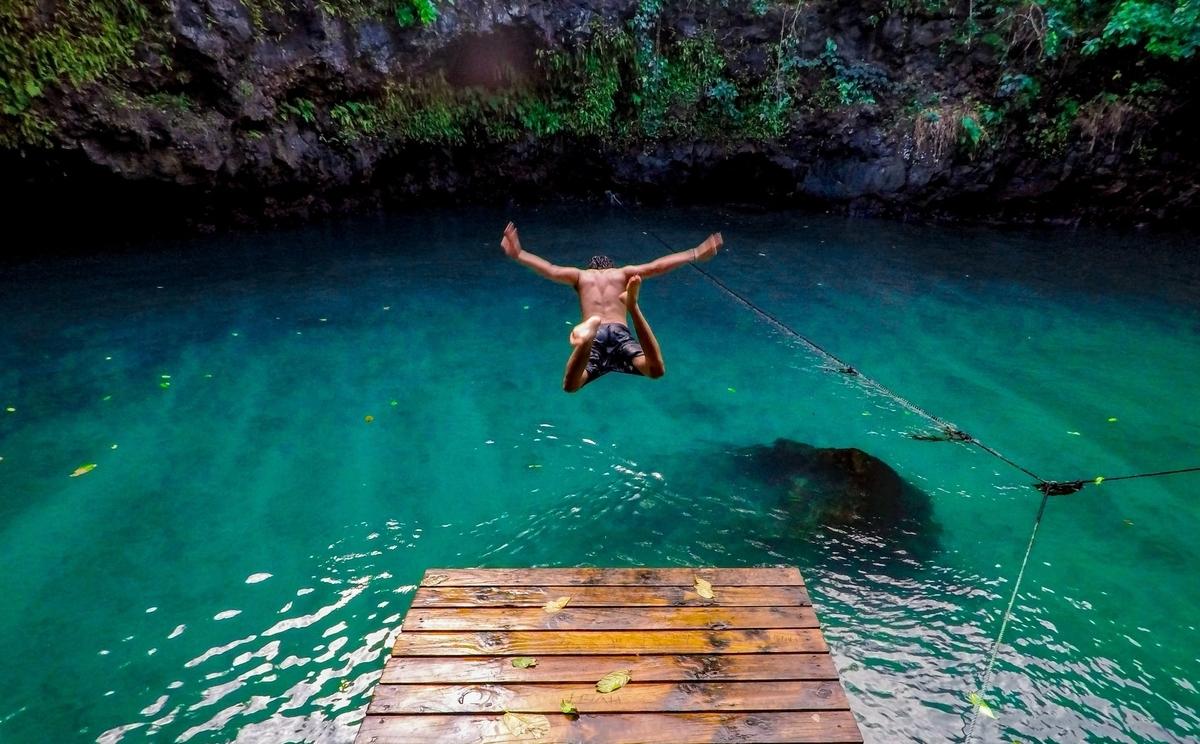 川に飛び込む男性の画像