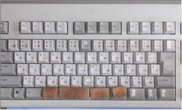 全体的に薄汚れたキーボード