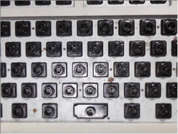 キートップを取り外したキーボードの写真