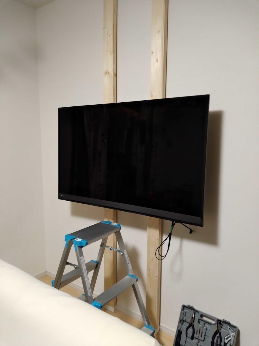壁へ取り付け後のテレビ