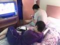携帯とにらめっこする同室の2人。