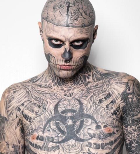 ゾンビボーイの全身タトゥーが普通の男に変身