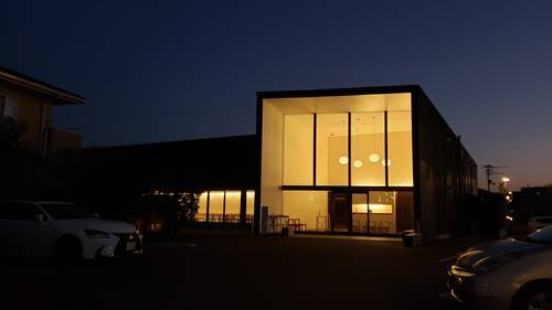 仏生山温泉の建物。大きな窓から中の灯りが漏れて綺麗です。