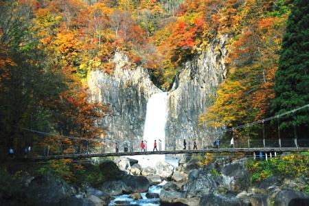 紅葉の苗名滝(妙高市)