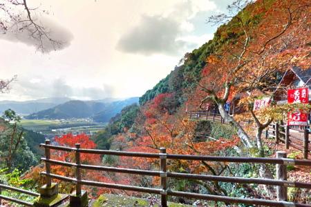 紅葉の白滝公園(大洲市)