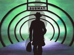 地下鉄を利用する男