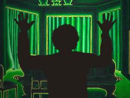 両手を挙げた男