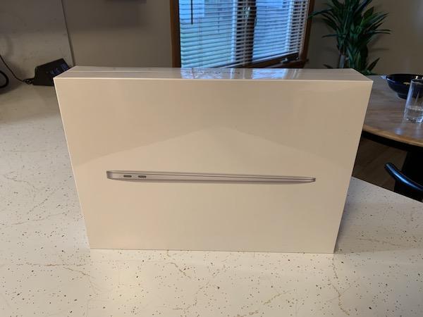 MacBook Airの箱です