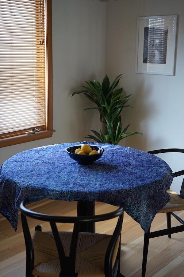 テーブルに青いクロスをかけてみた