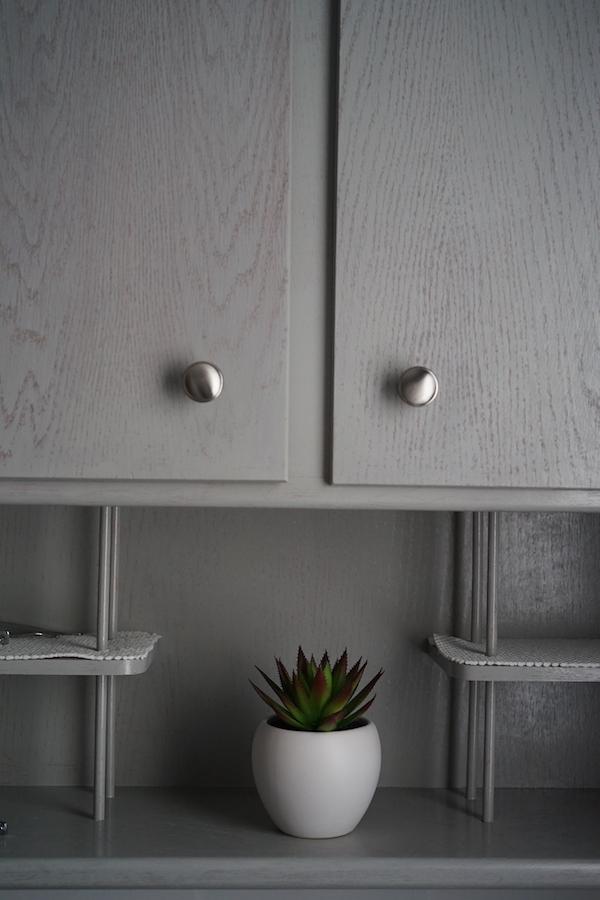戸棚の白いオブジェ