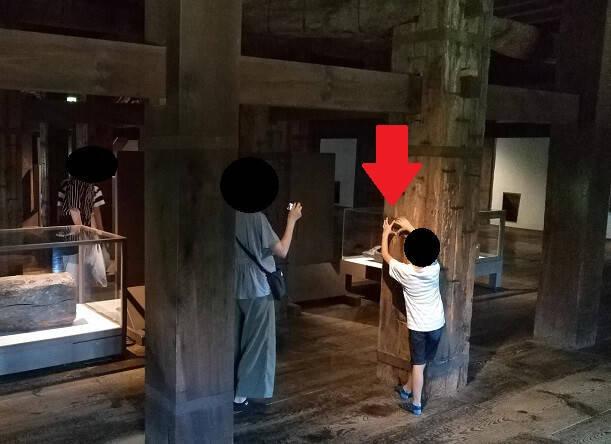 松江城天守のハートの場所を示す息子君