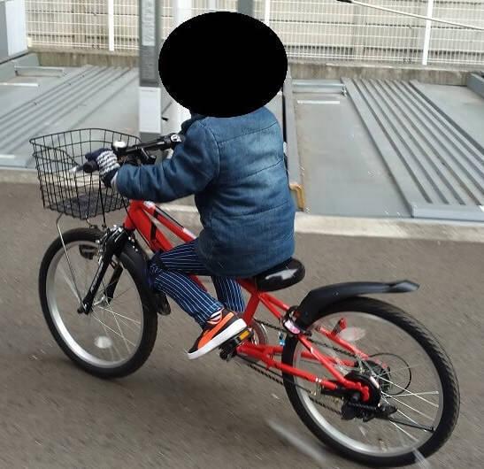 クリスマスプレゼントで自転車をもらった息子