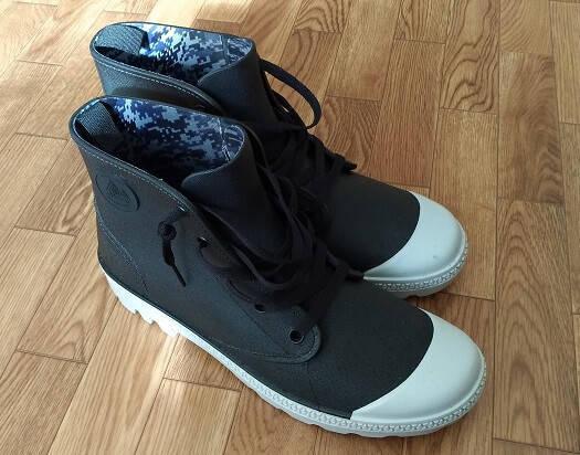 ワークマンプラスの靴の靴ひもを緩めた