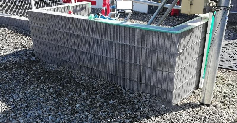 ゴミ捨て場のブロック塀