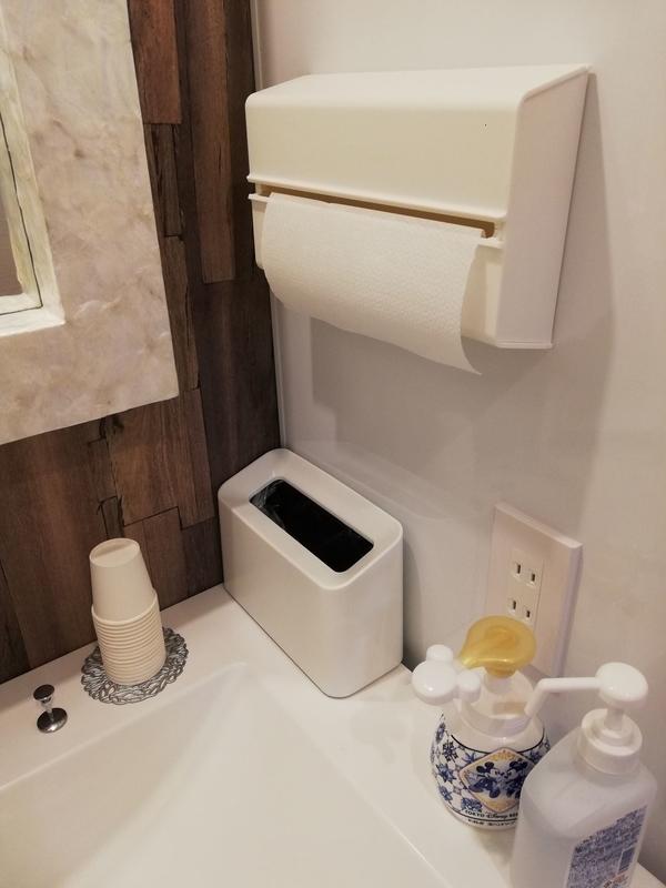 ペーパータオルとゴミ箱と紙コップ