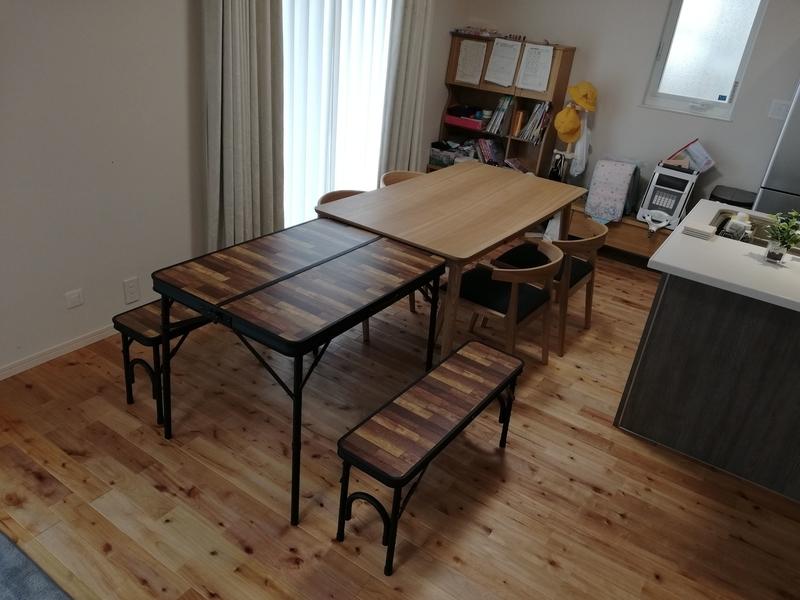 アウトドアテーブルを並べる