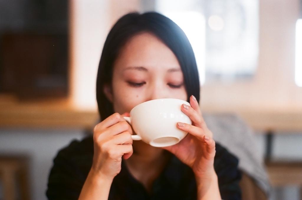 紅茶を飲む女性 フィルム写真