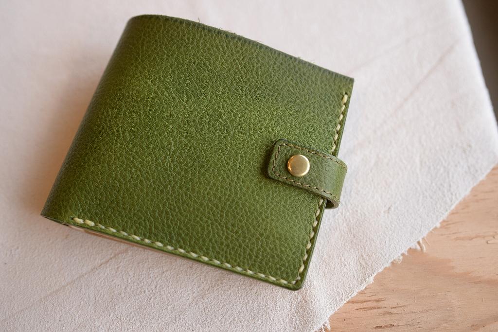 緑の革の二つ折り財布
