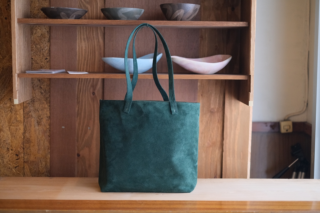 緑のスエードのトートバッグ
