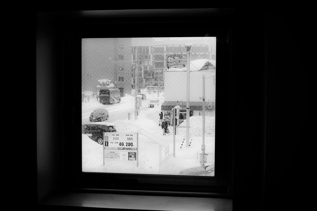 モノクロ 窓
