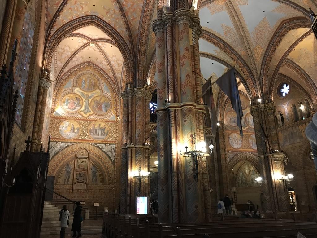 マーチャーシュ教会の主祭壇から後方を見た眺め