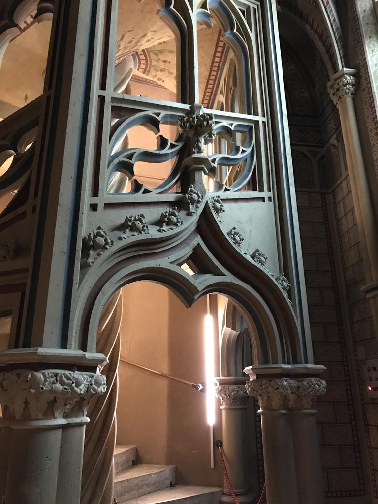 マーチャーシュ教会の2階へあがる階段