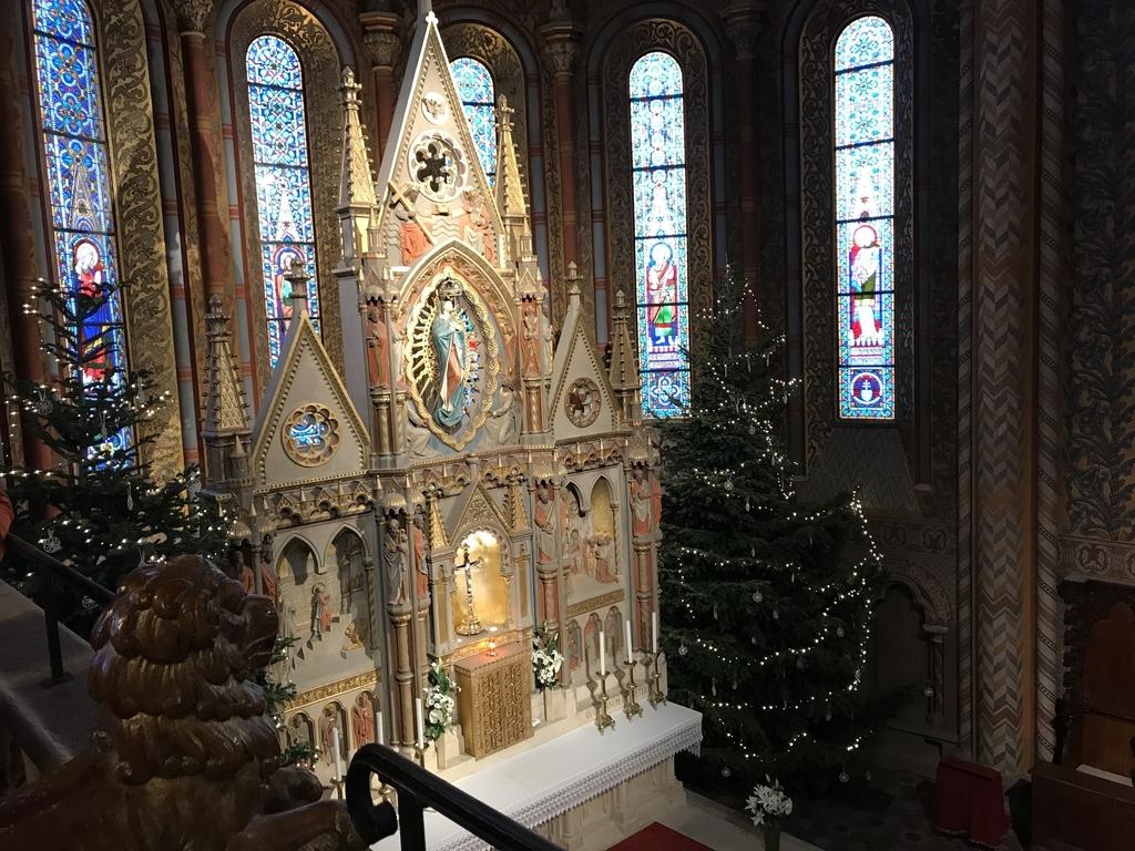 マーチャーシュ教会の2階のテラスから見た主祭壇