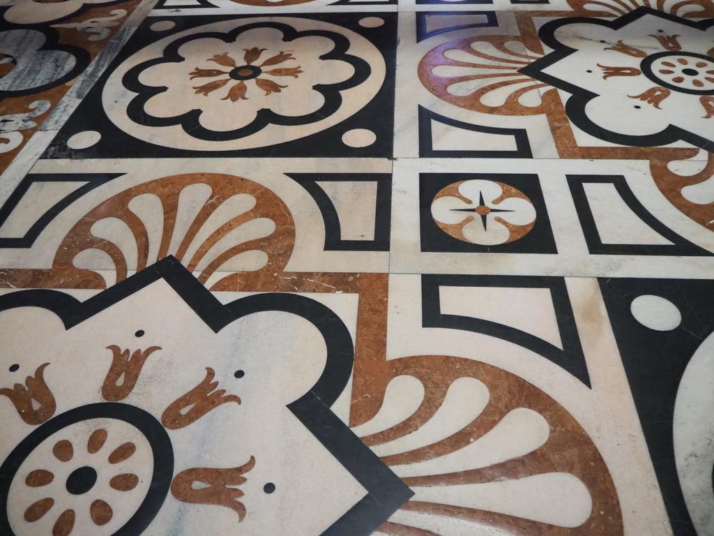 ミラノ「ドゥオーモ」内床の大理石の模様
