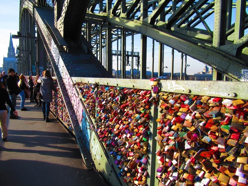 ホーエンツォレルン橋にかかる南京錠