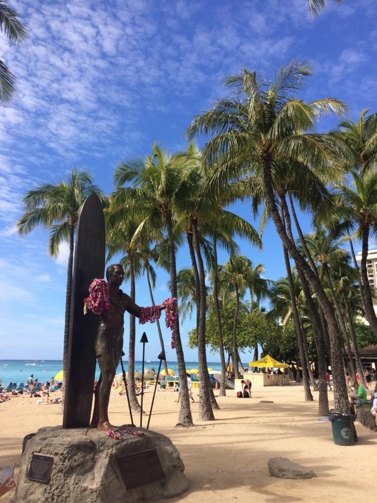 ワイキキビーチにあるデュークカハナモク像の写真