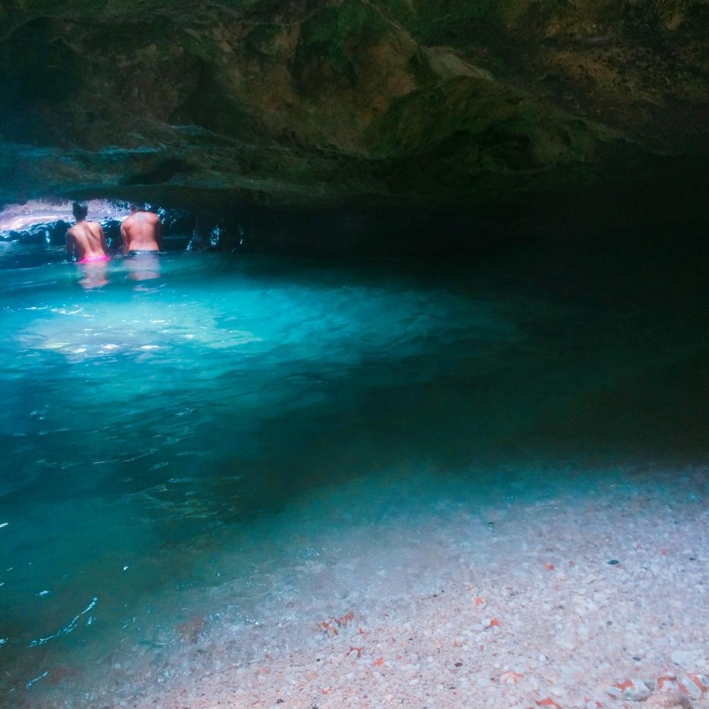 マーメイドケーブの青い水