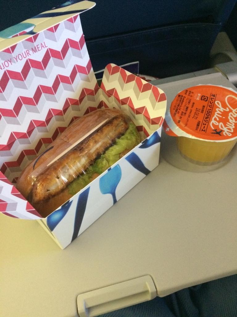 機内食サンドイッチの写真