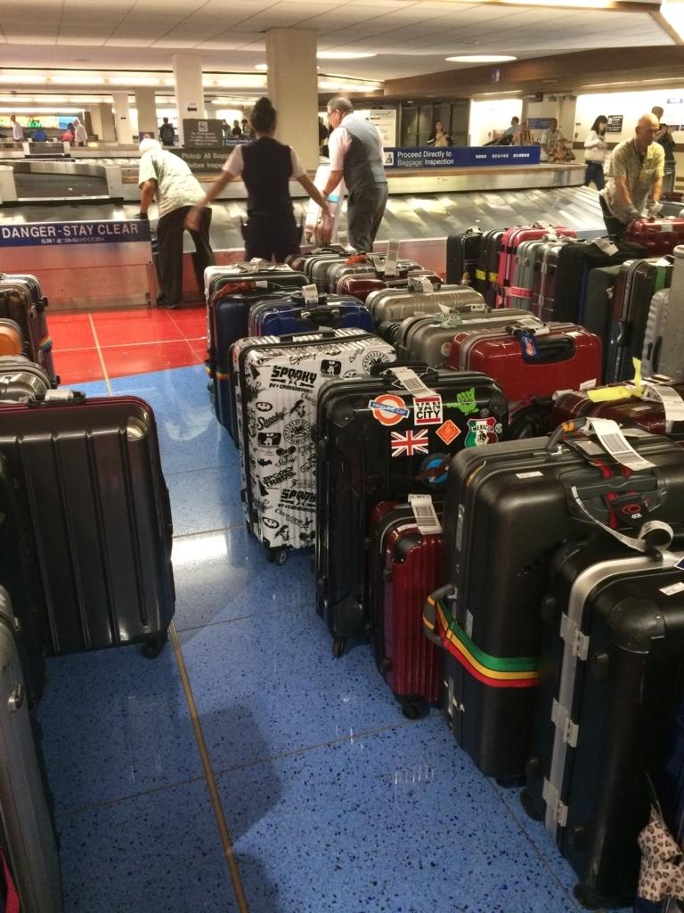 スーツケースは係員がターンテーブルから降ろしてくれる写真