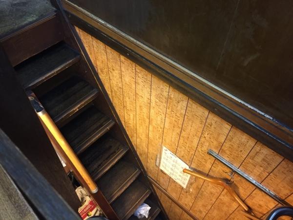 朝起の急すぎる階段