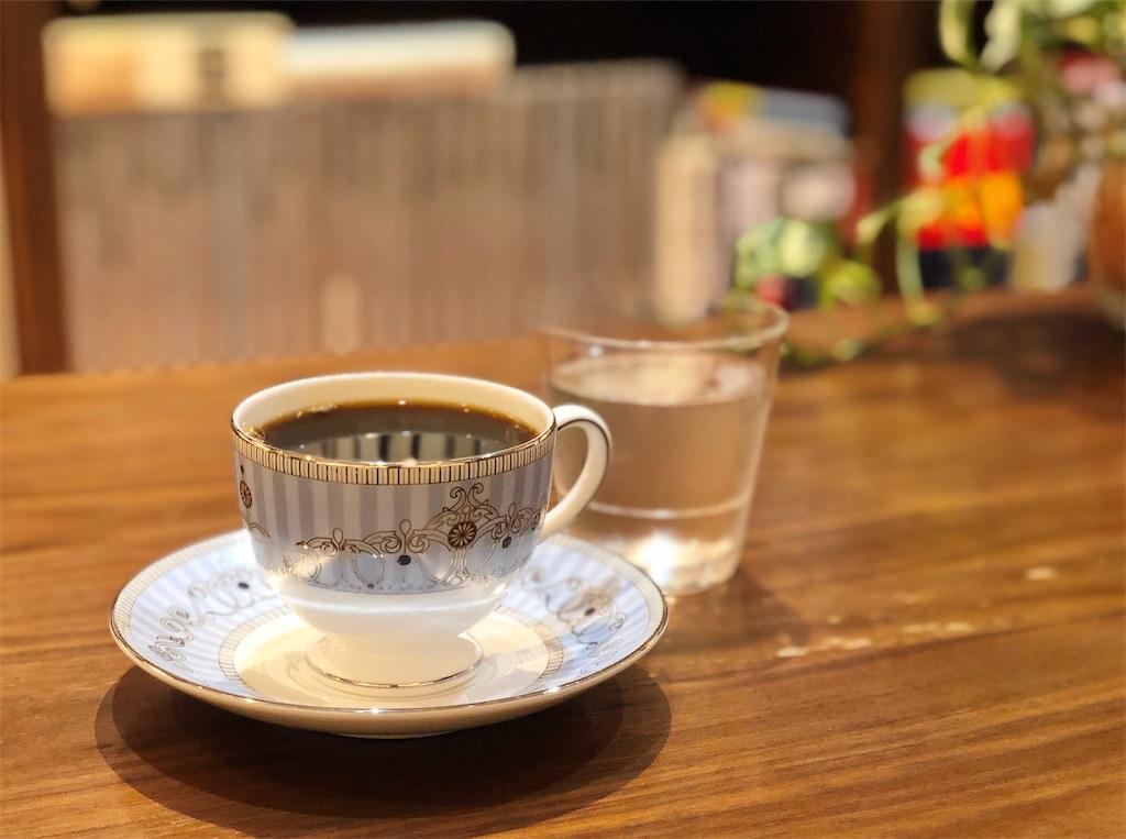 清澄白河のブックカフェ「ドレッドノート」のウエッジウッドのカップでコーヒーを