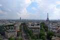 凱旋門の上からエッフェル塔が見える