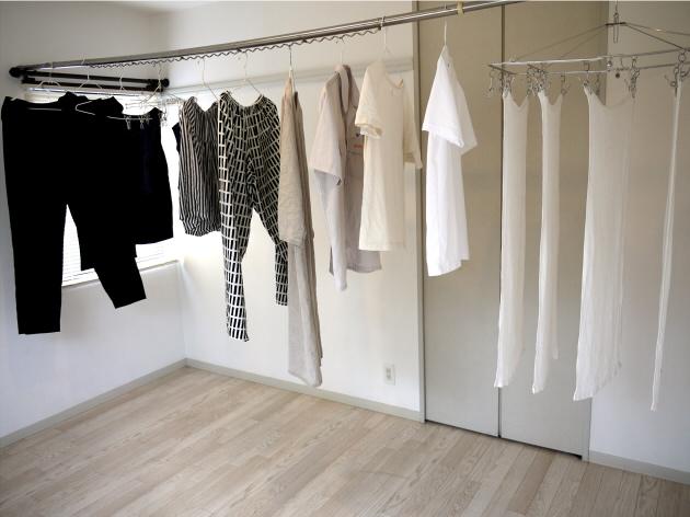 和室に洗濯物を干す