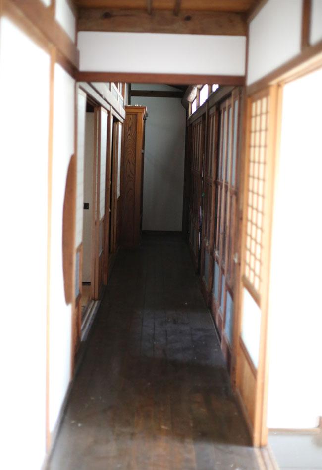 古民家の廊下埃がいっぱい