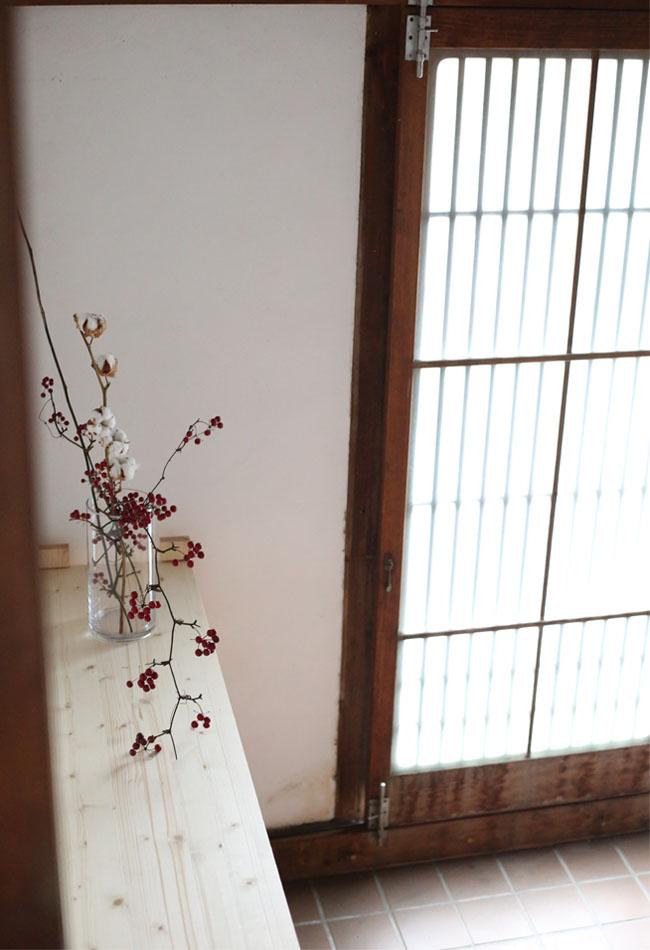 古民家の玄関を花で飾る
