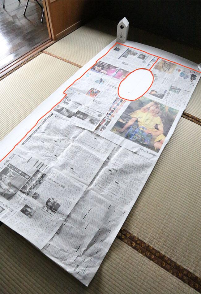 トイレのDIYフロアマットを新聞紙で型抜き